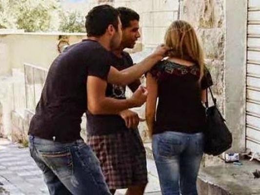 بالفيديو: هذا ما فعلته فتاة بشاب تحرش بها أمام المارة في مصر!