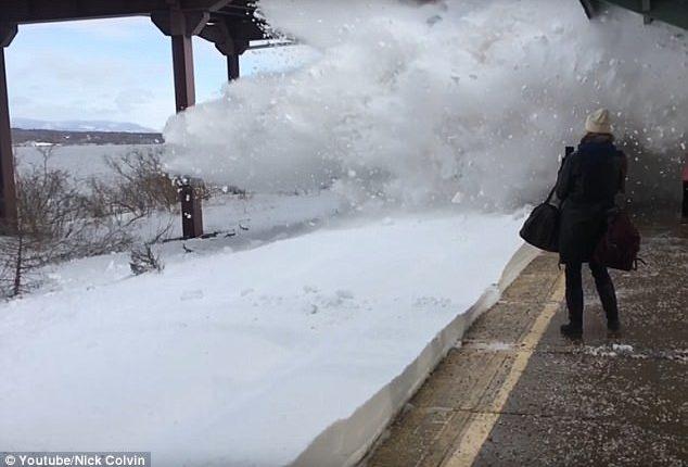بالفيديو.. قطار يثير عاصفة ثلجية ويروع الركاب