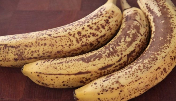 ماذا يحدث لجسم الإنسان عند تناول الموز المائل للسواد؟